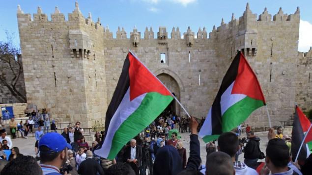 فلسطینی ها در تظاهرات یوم الارض در مقابل دروازه دمشق در شهر قدیم اورشلیم