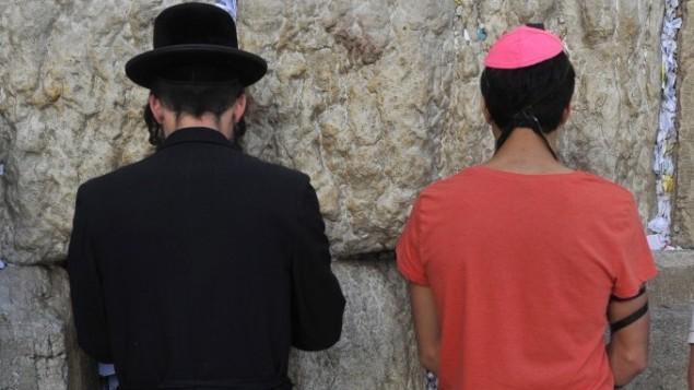 یک حریدی و یک یهودی سکولار مشغول عبادت در دیوار ندبه اورشلیم