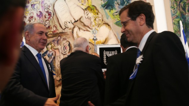 نخست وزیر بنیامین نتانیاهو در جلسه آغازین ۲۰مین پارلمان اسرائیل به تاریخ ۳۱ مارس ۲۰۱۵، با رهبر مخالفان اسحاق هرزوگ دست می دهد