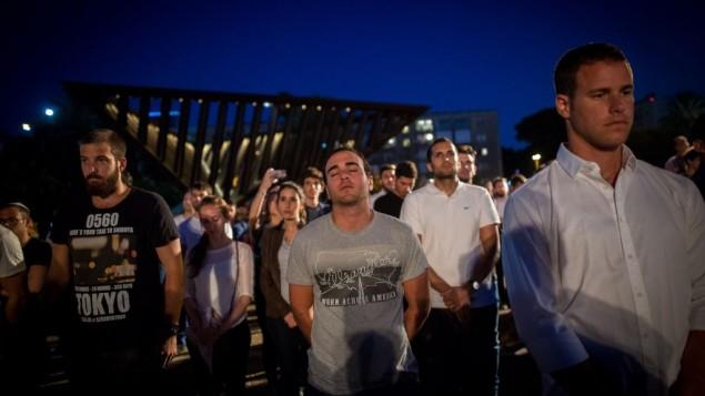 اسرائیلی ها برای مراسم روز یادبود در ۱۰ می ۲۰۱۶ گرد هم آمده اند