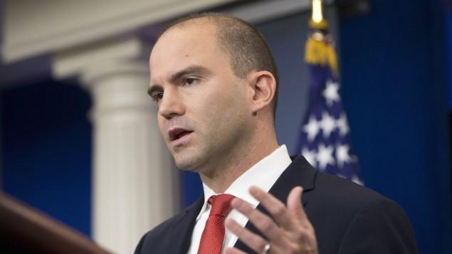بن ردوز، معاون مشاور امنیت ملی در ارتباطات استراتژیک، در اتاق مصاحبه رسانه ای برادی کاخ سفید در واشینگتن