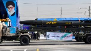 موشک بالستیک خلیج فارس بر روی یک ناقل، در طول یک رژه نظامی در ایران