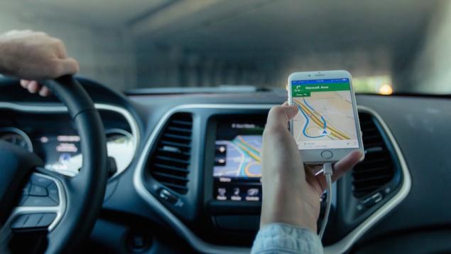 راننده ای برای یافتن مسیر از جی.پی.اس استفاده می کند