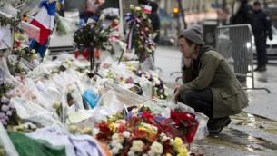 طبال گروه راک آمریکایی ایگلز آو دد، جولیان دوریو ۸ دسامبر ۲۰۱۵ در مقابل سالن کنسرت باتاکلان در پاریس به قربانیان حمله تروریستی ۱۳ نوامبر پاریس ادای احترام می کند. (Miguel Medina/AFP)