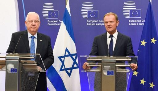 رئیس شورای اتحادیه اروپا دونالد تاسک (راست) و رئیس جمهور اسرائیل رووین ریولین پس از نشستی در ۲۱ ژوئن ۲۰۱۶ در مقر اتحادیه اروپا در بروکسل، سخن گفتند
