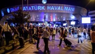 مردم پس از حمله تروریستی به فرودگاه آتاتورک، ۲۸ ژوئن ۲۰۱۶ مقابل ورودی ایستاده اند. (AFP/OZAN KOSE)