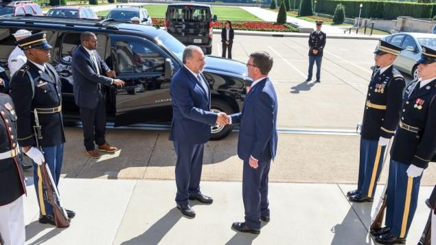 آویگدور لیبرمن وزیر دفاع اسرائیل ۲۰ ژوئن ۲۰۱۶ در واشینگتن دی.سی. با اشتون کارتر وزیر دفاع ایالات متحده دست می دهد