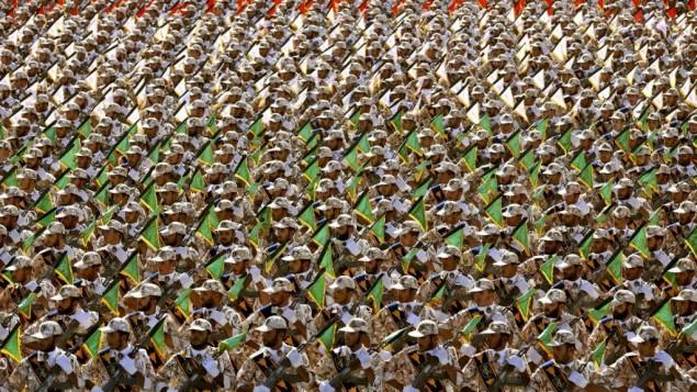 اعضای بسیج و سپاه پاسداران در رژه نظامی سالانه در مقابل مقبره خمینی