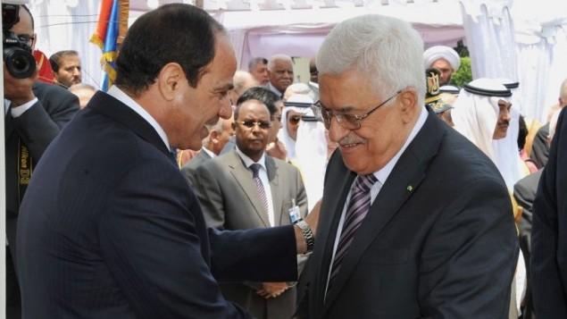 رئیس جمهور مصر عبدالفتاح السیسی (چپ) در طول مراسم گشایش دولت خویش در کاخ ریاست جمهوری در قاهره، از رئیس جمهور تشکیلات خودگردان فلسطینی محمود عباس در ۸ ژوئن ۲۰۱۴ استقبال می کند.