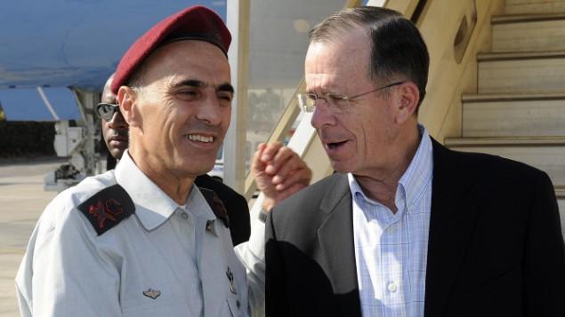 رئیس وقت فرماندهان ستاد مشترک ارتش ایالات متحده، دریاسالار مایکل مولن (راست) از سوی سرلشگر گادی شمنی در اسرائیل