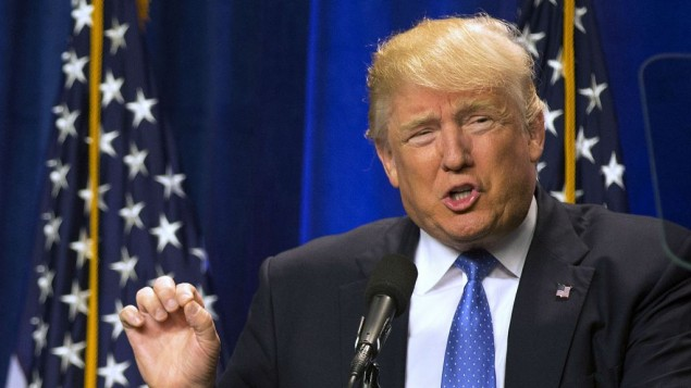 دونالد ترامپ، نامزد ریاست جمهوری جمهوری خواهان، روز دوشنبه ۱۳ ژوئن ۲۰۱۶ در کالج سنت آنسلم در نیو همپشیر سخنرانی می کند