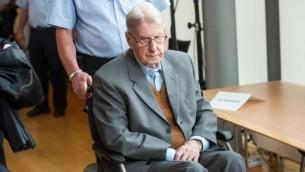 نگهبان سابق اس.اس.، ۹۴ساله، در اردوگاه مرگ آشویتس راینهولد هانینگ، ۱۱ ژوئن ۲۰۱۶ وارد دادگاهی در دتمولد آلمان می شود