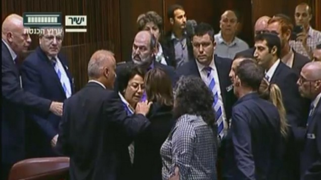 نظرات نماینده فهرست مشترک (عرب)حنین زعبی (وسط) در کنست، درباره توافق آشتی اسرائیل-ترکیه، ۲۹ ژوئن ۲۰۱۶ موجب اعتراض دیگر نمایندگان در کنست شد