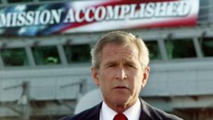 جورج بوش هنگام اعلام پایان موفقیتآمیز عملیات نظامی و سقوط حکومت عراق - شعار پشت سر او: ماموریت انجام شد