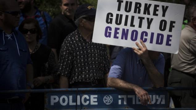اعضای جامعه ارامنه اورشلیم، پس از توافق دیپلماتیک اخیر دولت اسرائيل با ترکیه، بیرون کنست دست به تظاهرات زده و خواهان آنند که اسرائيل در نهایت واقعه نسل کشی ارامنه را به رسمیت بشناسد