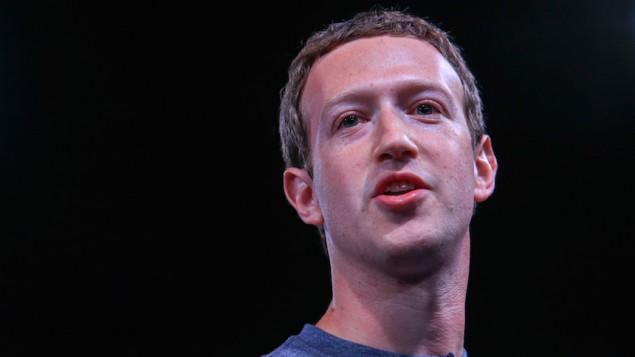 توضیح عکس: مارک زاکربرگ هنگام سخنرانی در مراسم «راه-انداز غیرفشرده» کمپانی سامسونگ الکترونیک، که پیش از کنگره «جهان موبایل» در ۲۱ فوریه ۲۰۱۶ در بارسلون اسپانیا، برگزار شد