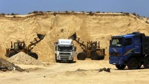 حفارهای فلسطینی در محل پروژه مسکونی العصرا ۲ در خان یونس نوار غزه ۲۰ ژوئیه ۲۰۱۶ در حال خاک-برداری هستند