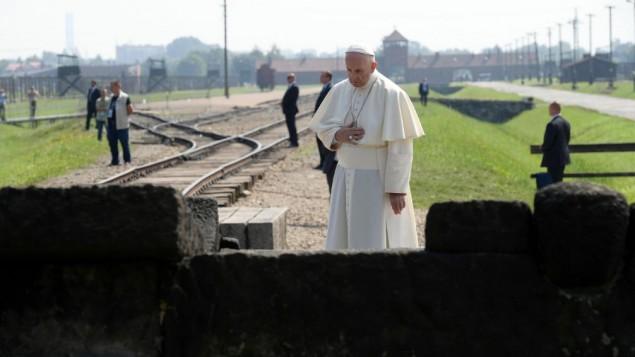 پاپ فرانسیس در مقابل بنای یادبودی در مقابل اردوگاه مرگ نازی در آشویتس-بیرکناو، آشویسیم، لهستان، جمعه ۲۹ ژوئیه ۲۰۱۶