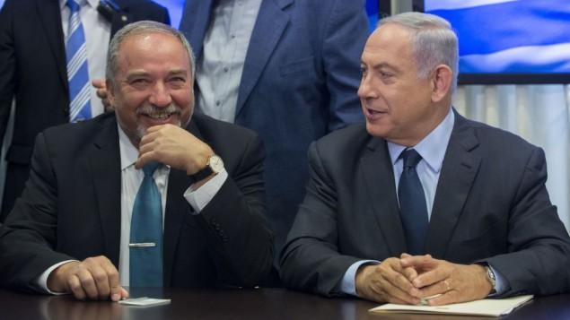 بنیامین نتانیاهو نخست وزیر و رهبر حزب اسرائیل، خانه ما، لیبرمن، در ماه مه هنگام اعلام ائتلاف
