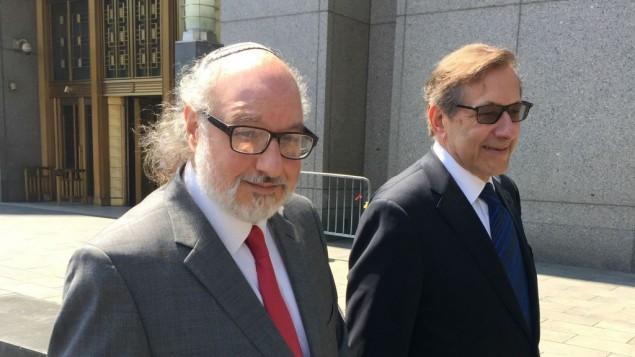 جاناتان پولارد و وکیل وی الیوت لائر هنگام خروج از دادگاه
