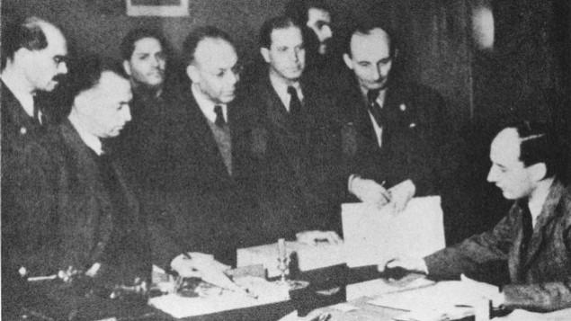 رائول والنبرگ (راست) همراه یهودیان در سفارت سوئد در بوداپست