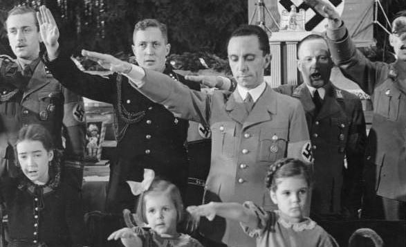 ژوزف گوبلز با دخترانش، هیلده، هلگا در مراسم کریسمس در برلین، ۱۹۳۷
