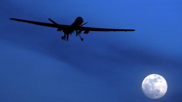 یک هواپیمای بیسرنشین آمریکایی ۳۱ ژانویه ۲۰۱۰ در آسمان فرودگاه قندهار در جنوب افغانستان پرواز میکند