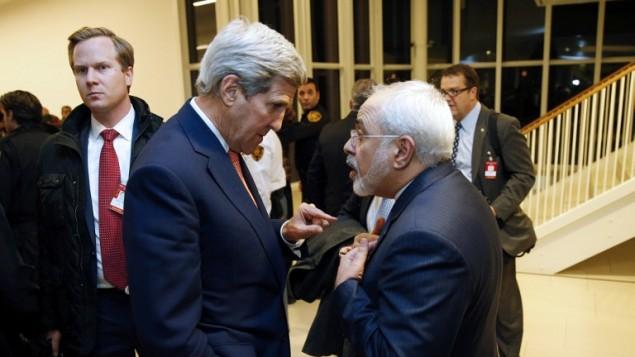 جان کری، وزیر امور خارجه آمریکا (چپ) ۱۶ ژانویه ۲۰۱۶ پس از تأیید دیدبان اتمی سازمان ملل مبنی بر برآورده ساختن تمام شرایط توافق هسته ای ژوئیه ۲۰۱۵ توسط ایران، در وین اتریش با محمد جواد ظریف، وزیر امور خارجه ایران گفتگو می کند