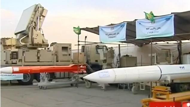 موشک باور373 (سفید) و موشک صیاد 3 (قرمز)؛ تصویر گرفته شده از فیلم شبکه خبر