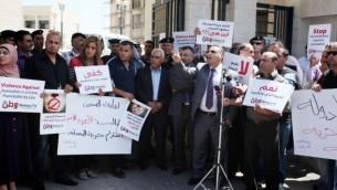 در پی ضرب و شتم گروهی از روزنامهنگاران از سوی افسران تشکیلات خودگردان فلسطینی در یک تظاهرات، روزنامهنگاران فلسطینی در کرانه باختری، در مقابل وزارت کشور گرد آمدهاند