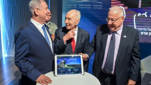 نخست وزیر بنیامین نتانیاهو، رئیس جمهور رووین ریولین، و رئیس جمهور سابق شیمعون پرس ۲۱ ژوئیه ۲۰۱۶ در مراسم راه-اندازی یک مرکز جدید نوآوری در یافا - عکس از : یاری ساگی
