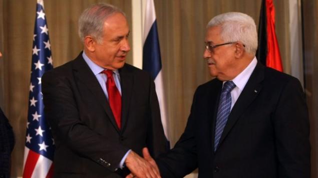 بنیامین نتانیاهو نخست وزیر با رئیس تشکیلات خودگردان فلسطینی محمود عباس در اورشلیم دست میدهد