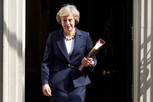 – ترزا می، نخستوزیر انگلستان ۲۰ ژوئیهی ۲۰۱۶ مقابل ساختمان شمارهی ۱۰ خیابان داونینگ در لندن