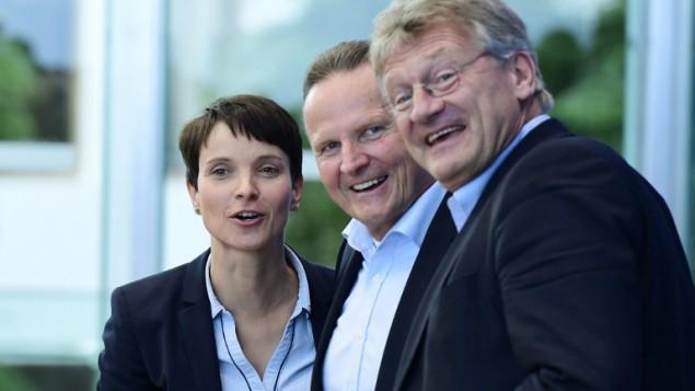 رهبران حزب گزینهای برای آلمان، فروک پتری (چپ) و جورگ مولتن (راست) و نامزد اول برلین جرج پازدرسکی