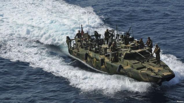 کشتی نظامی آمریکا در خلیج فارس سه بار سعی کرد که با قایق ایرانی تماس رادیویی برقرار کند ولی پاسخی دریافت نکرد.