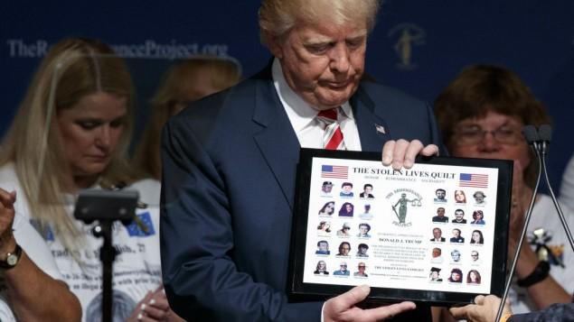 دونالد ترامپ، نامزد ریاستجمهوری جمهوریخواهان، در مراسم پروژهی یادبود، ۱۷ سپتامبر ۲۰۱۶ در هوستون تگزاس، هدیه دریافت کرد