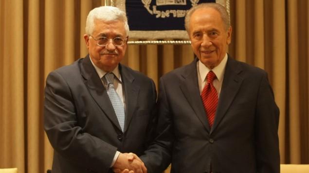 شیمون پرس، رئیسجمهور سابق اسرائیل (راست) و محمود عباس، رئیسجمهور تشکیلات خودگردان فلسطینی