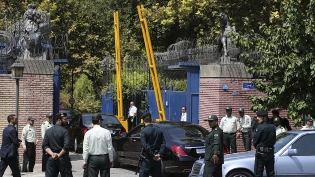 کاروان حامل فیلیپ هاموند، وزیر امور خارجهی انگلستان، با همراهی پلیس ایران ۲۳ اوت ۲۰۱۵ وارد سفارت انگلستان در تهران میشود