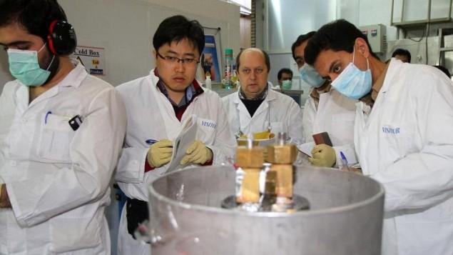 بازرسان آژانس بینالمللی انرژی هسته ای (دومی و سومی از چپ) و فناوران ایرانی در نیروگاه هستهای نطنز در جنوب تهران، ۲۰ ژانویه ۲۰۱۴