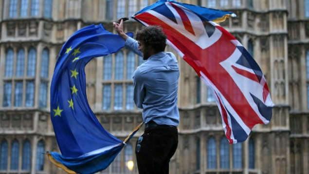 مردی در اعتراض به خروج انگلستان از اتحادیهی اروپا