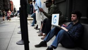 مردم پشت در فروشگاه پاپ-اپ گوگل در نیویورک انتظار میکشند