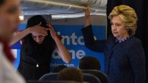 هیلاری کلینتون، نامزد ریاستجمهوری دمکراتها (راست) داخل هواپیمای کمپین خود در فرودگاه ونچستر کانتی در وایت پلینز نیویورک