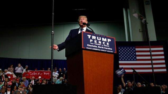 نامزد ریاست جمهوری جمهوریخواهان هنگام سخنرانی برای حامیان در تجمع ۱۴ اکتبر ۲۰۱۶ در مرکز کنوانسیون شارلوت، شارلوت، کارولینای شمالی