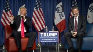 رئیس دانشگاه لیبرتی، هنگام گوش دادن به سخنرانی دانلد ترامپ