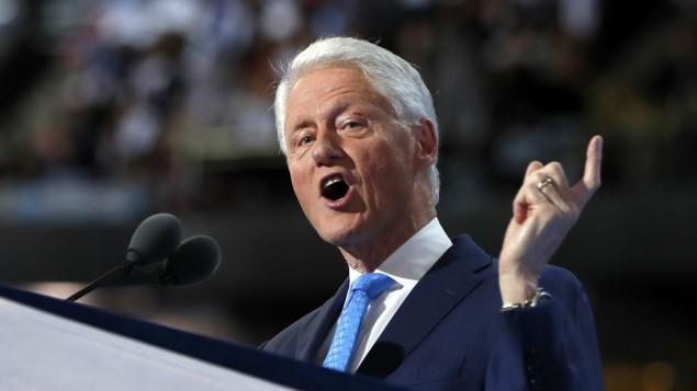 بیل کلینتون در حال سخنرانی در دومین روز کنوانسیون ملی دموکراتها