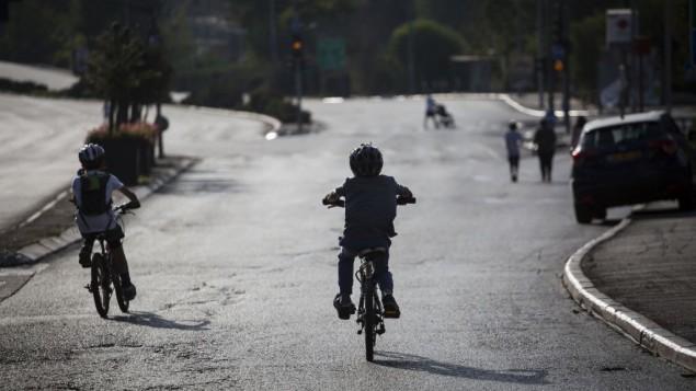 بچههای در خیابانهای خالی اورشلیم در کیپور ۱۲ اکتبر ۲۰۱۶ دوچرخهسواری میکنند