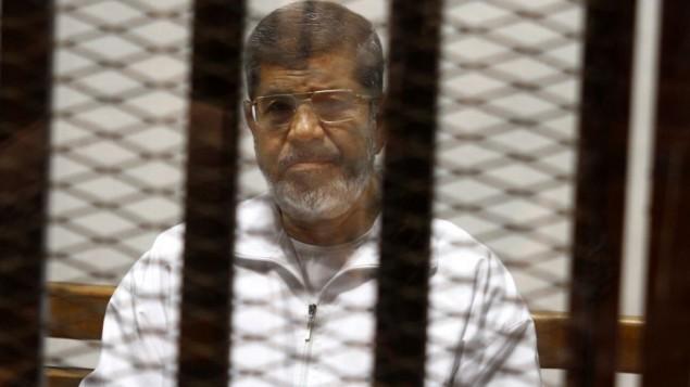 محمد مرسی، رئیسجمهور عزلشدهی مصر، ۸ می ۲۰۱۴ در دادگاه آکادمی پلیس قاهره در قفس مدافع نشسته است.