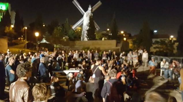 صدها نفر از سراسر اسرائيل گرد آمدند تا برای قربانیان جنگ داخلی سوریه دعا کنند