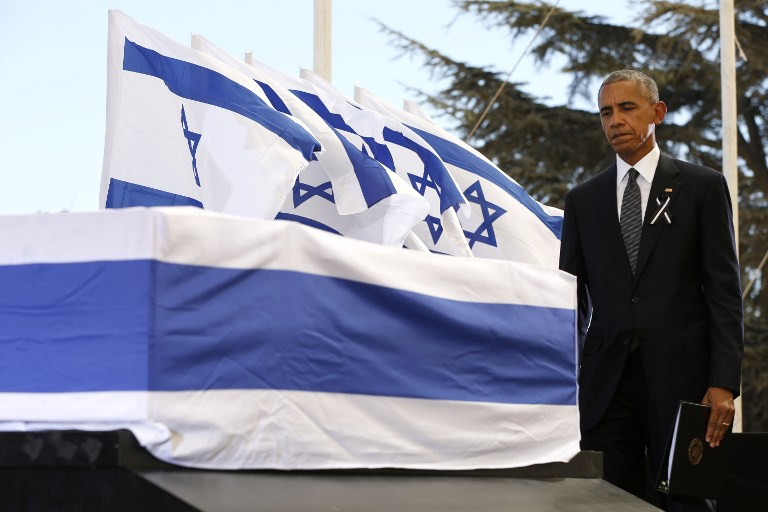 US President Barack Obama touches the coffin of former Israeli president and prime minister Shimon Peres after speaking during his funeral at Jerusalem's Mount Herzl national cemetery on September 30, 2016. / AFP PHOTO / POOL / ABIR SULTAN