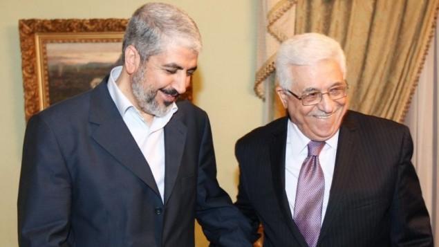 خالد مشعل، رهبر سیاسی حماس (چپ) در دیدار با محمود عباس رئیس تشکیلات خودگردان